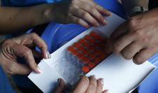 Miembros de la Secretaría de Salud de Medellín entregan dosis de la vacuna de Sinovac contra la covid-19 en un hogar geriátrico