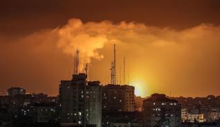 El humo y las llamas aumentan después de un ataque aéreo israelí hoy, en la ciudad de Gaza.