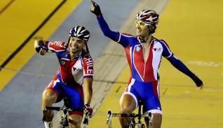 En la imagen, el ciclista chileno Cristopher Mansilla (d)