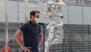 El tenista español Rafa Nadal asiste a la inauguración de una estatua esculpida en acero con su figura en Roland Garros, realizada por el artista español Jordi Díez,