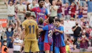 El delantero del Fc Barcelona Ansu Fati (detrás) celebra su gol