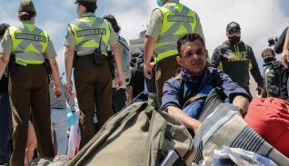 Carabineros resguarda a un grupo de migrantes