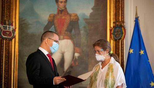El canciller de Venezuela, Jorge Arreaza, entrega la carta con la que declara persona non grata a la embajadora de la Unión Europea, Isabel Brilhante