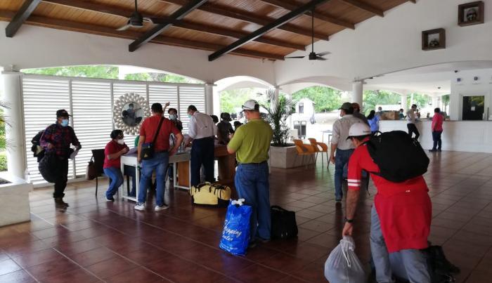 Mineros se recuperan tras aislamiento en hoteles
