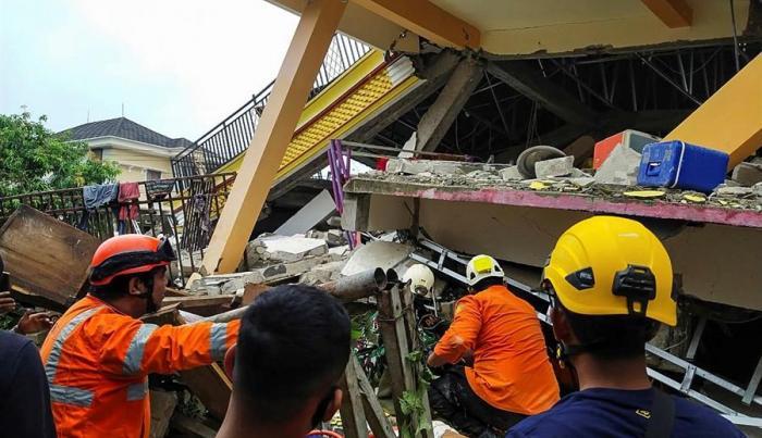 Indonesia busca supervivientes del seísmo que ha dejado al menos 34 muertos