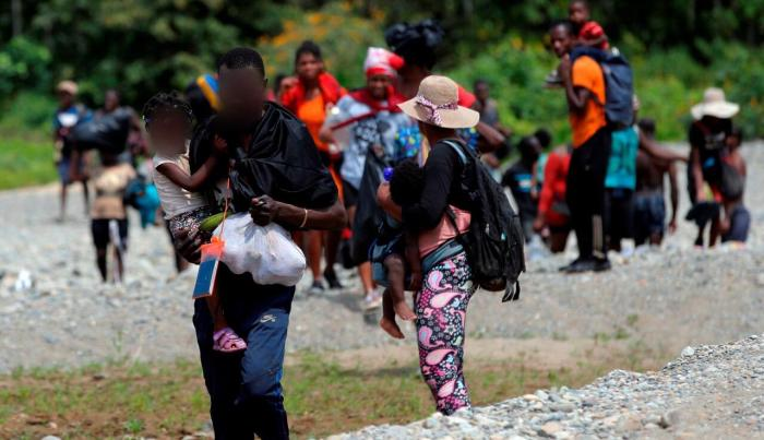 Migrantes llegan tras cruzar la selva a la comunidad de Bajo Chiquito, provincia del Darién