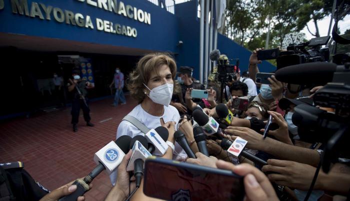 La aspirante a la Presidencia de Nicaragua y periodista Cristiana Chamorro (c)
