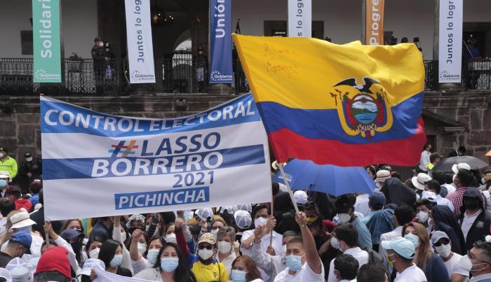 Cientos de seguidores animan al nuevo presidente de Ecuador, Guillermo Lasso