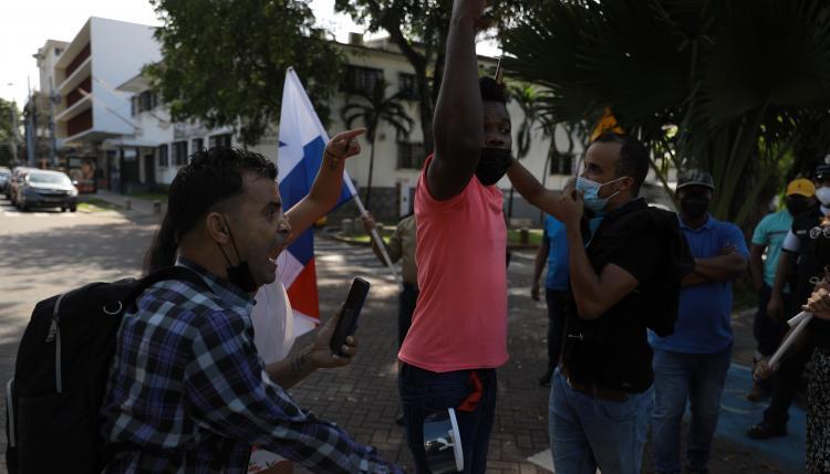 Miembros de Frenadeso, gremios estudiantiles, entre otros, se concentraron en la embajada de Cuba en Panamá