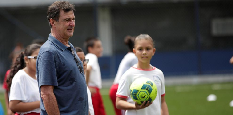El comentarista, entrenador y ex futbolista argentino Mario Kempes (c) dicta una clase de fútbol a estudiantes panameños este martes, en ciudad de Panamá (Panamá).