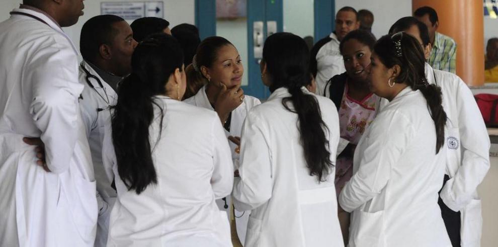 Contraloría tramita pago a médicos