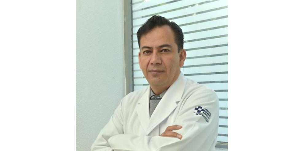 El especialista reumatólogo Julio César Casasola
