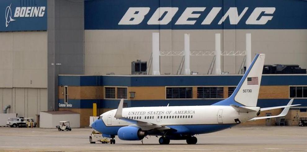 En la imagen, un avión del Gobierno estadounidense delante de un hangar del fabricante Boeing.