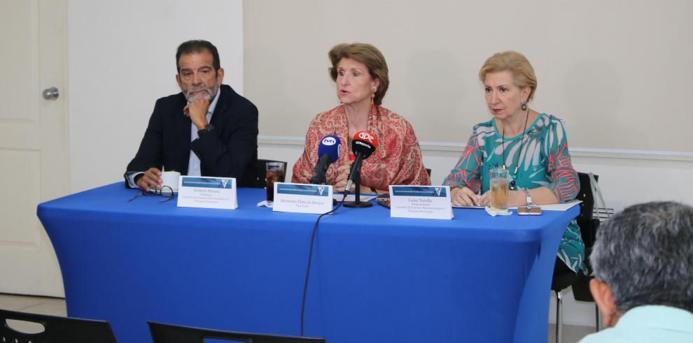 Roberto Brenes, presidente de la Comisión, Mercedes Eleta de Brenes, presidente de Apede y Luisa Turolla, miembro de la Comisión.