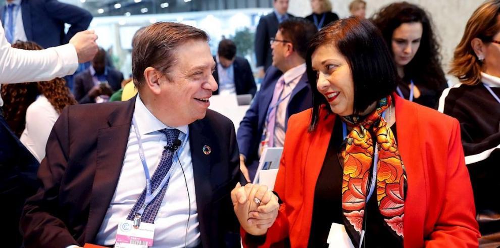 El ministro de Agricultura en funciones, Luis Planas junto a la viceministra de Exteriores de Costa Rica, Lorena Aguilar