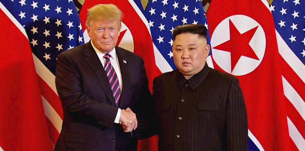 Captura de video en la que aparecen el presidente de EE.UU., Donald Trump (i), y el líder norcoreano, Kim Jong-un.