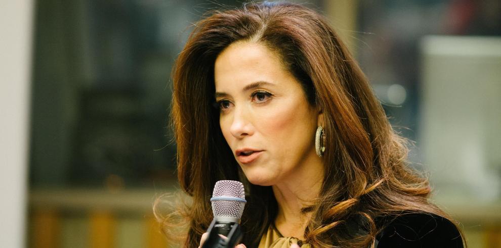 La creadora de la fundación We Are All Human, Claudia Romo Edelman, da un discurso durante su participación en la primera Cumbre de Liderazgo Hispano en las Naciones Unidas en Nueva York (Estados Unidos) el 10 de diciembre de 2018.