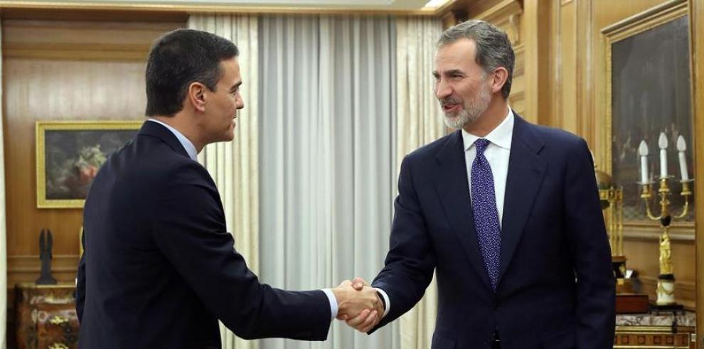 El rey Felipe VI (d) y Pedro Sánchez (i) del PSOE