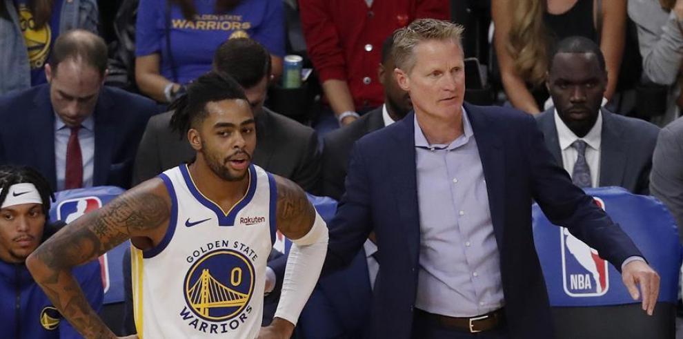 El jugador de Golden State Warriors D'Angelo Russell junto a su entrenador Steve Kerr durante un partido.