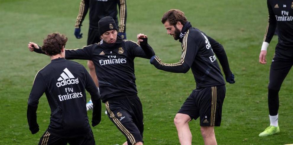 Los jugadores del Real Madrid Nacho Fernández (d) y Sergio Ramos durante un entrenamiento.