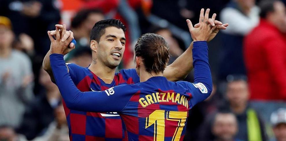 Los jugadores del Barcelona Luis Suárez (i) y Antoine Griezmann (d) celebran el gol de Griezmann en el partido ante el Deportivo Alavés
