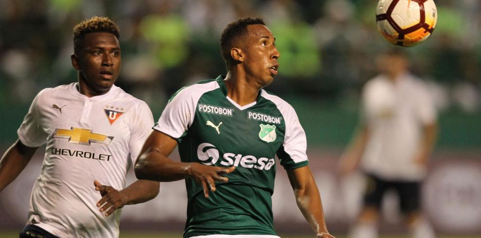 El jugador Edison Realpe (i) del Liga de Quito