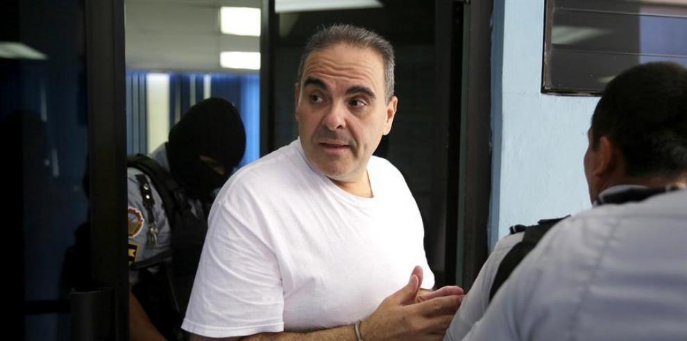 El expresidente de El Salvador Elías Antonio Saca (c) (2004-2009).