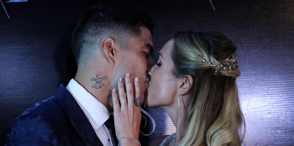 El futbolista del Barcelona Luis Suárez besa a su esposa Sofía Balbi durante la ceremonia de renovación de votos, este jueves en Montevideo, Uruguay.