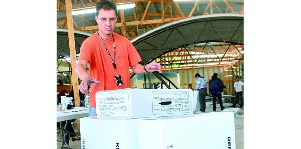 Empleados del Tibunal Supremo Electoral (TSE) trabajan en la construccion de urnas electorales en Tegucigalpa (Honduras).