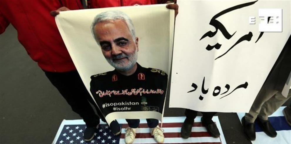 Musulmanes chiítas paquistaníes sostienen imágenes del general Qasem Soleimani, el jefe de la Fuerza Quds de élite del Cuerpo de la Guardia Revolucionaria Islámica de Irá
