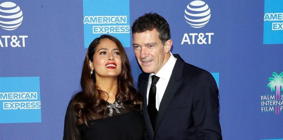 La actriz mexicana Salma Hayek (i) y el actor español Antonio