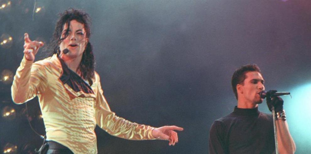 En la imagen el cantante Michael Jackson durante un concierto.