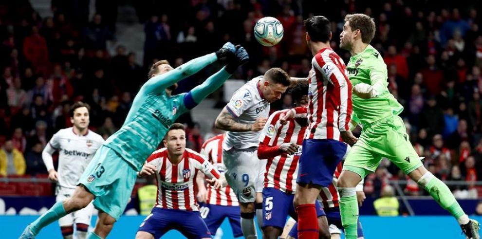 El portero del Levante Aitor Fernández (d) lucha con el portero esloveno del Atlético de Madrid Jan Oblak (i),
