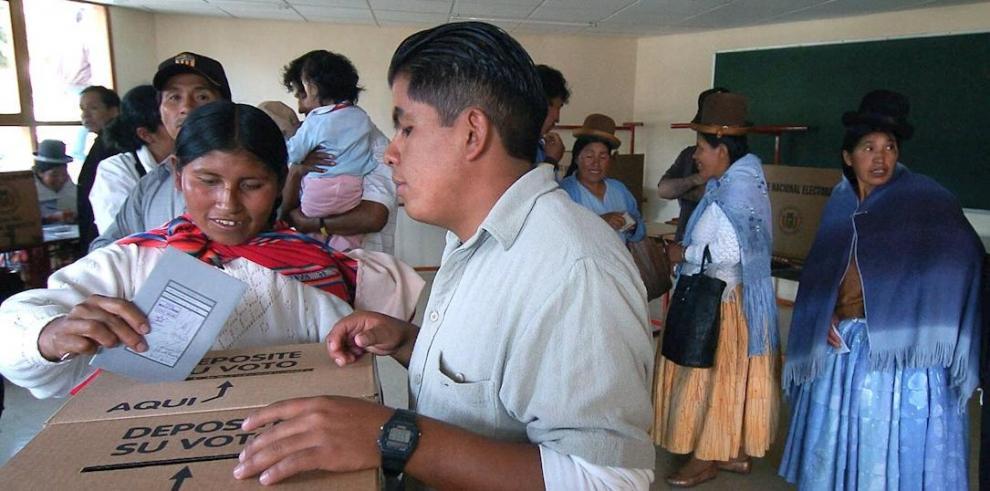 Una mujer aymara emite su voto en un colegio de la Zona Sur de la ciudad La Paz.