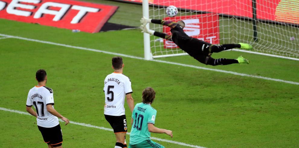 El centrocampista croata del Real Madrid, Luka Modric (2d), supera al portero del Valencia CF, Jaume Doménech (d), para marcar el tercer gol del equipo durante el partido entre ambos equipos correspondiente a la primera semifinal de la Supercopa de España
