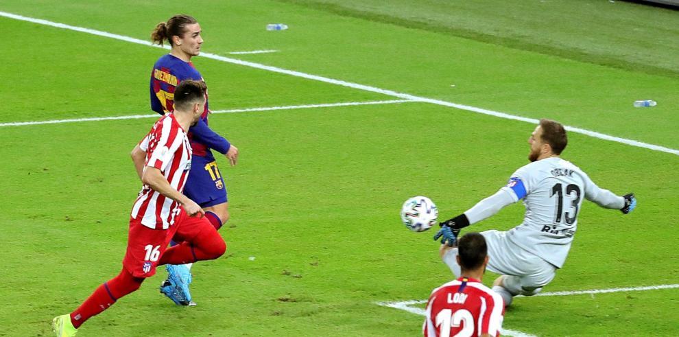 09/01/2020 19:49 (UTC) Crédito: EFE Fuente: EFE Autor: Juanjo Martín Temática: Deporte » Fútbol El portero esloveno del Atlético de Madrid Jan Oblak (d) despeja el balón ante el delantero francés del FC Barcelona Antoine Griezmann