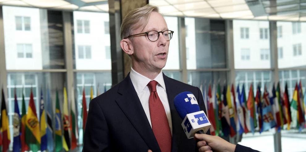 El encargado de Irán en el Departamento de Estado estadounidense, Brian Hook, habla con Efe durante una entrevista este lunes en la sede del ministerio en Washington (EE.UU.).