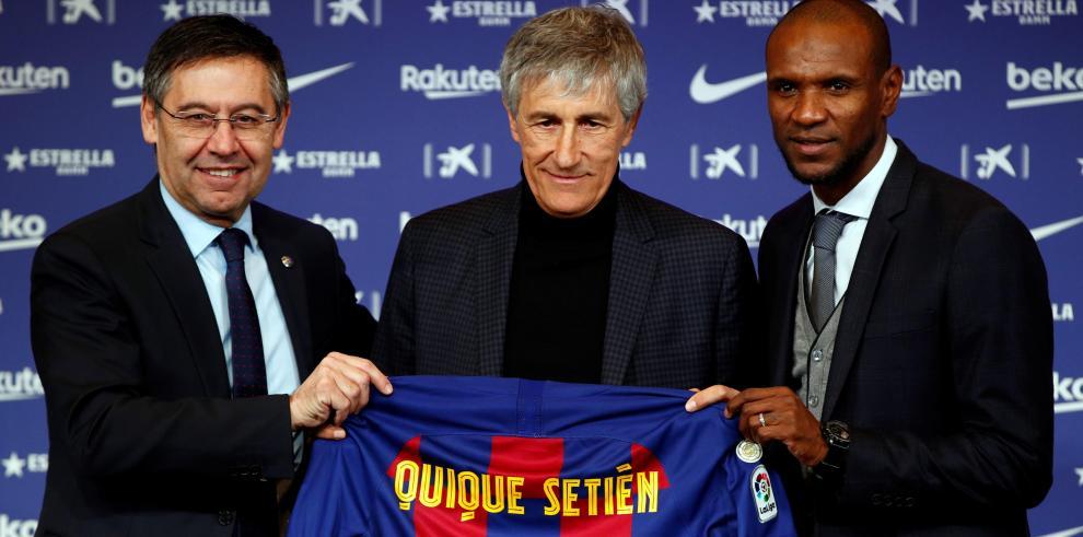 El presidente del FC Barcelona, Josep María Bartomeu (i), y el director deportivo, Eric Abidal (d), junto al nuevo entrenador del club, Quique Setién (c)