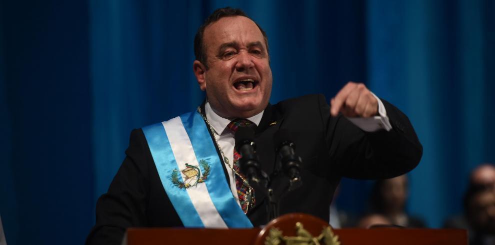 Presidente de Guatemala, Alejandro Giammattei, da un discurso después de ser investido en el teatro nacional de Guatemala.
