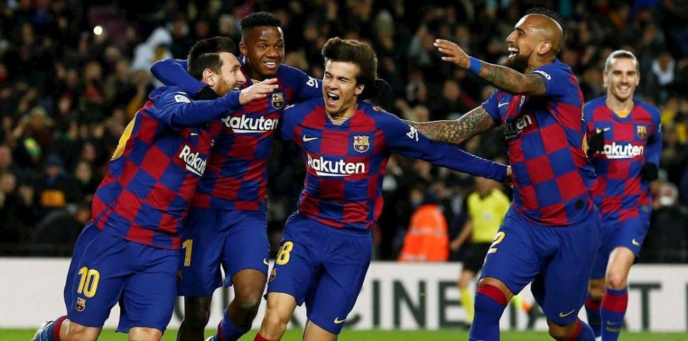 El delantero argentino Leo Messi (i), del FC Barcelona, celebra su gol, primero del equipo ante el Granada CF, durante el partido de la vigésima jornada de LaLiga Santanderen el Camp Nou.