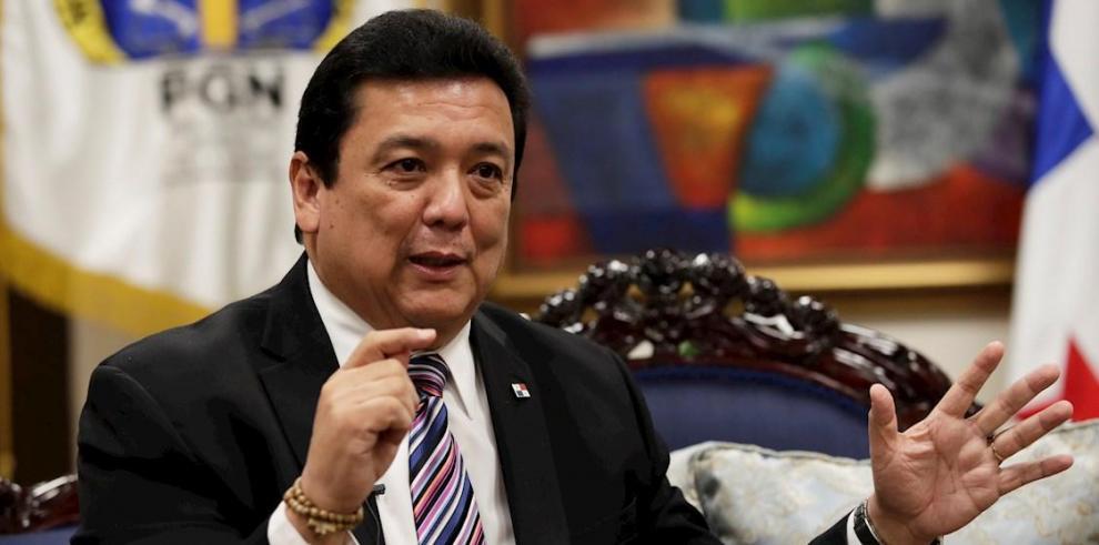 El Procurador de Panamá, Eduardo Ulloa, habla este lunes durante una entrevista.