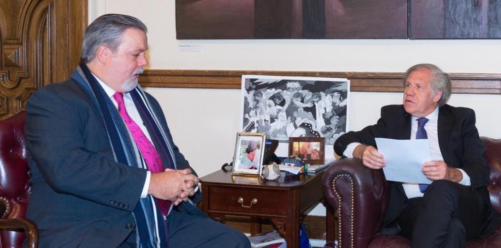Enrique de Obarrio (i) junto a Luis Almagro, de la OEA (d)