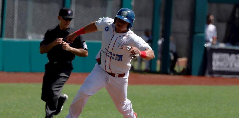 El jugador de Astronautas Carlos Xavier Quiroz corre por tercera base este domingo durante un partido por la Serie del Caribe, en el estadio Hiram Bithorn de San Juan (Puerto Rico).