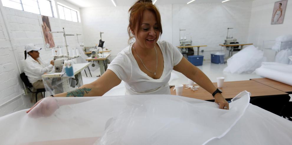 Fotografía fechada el 29 de enero del 2020, que muestra a internas trabajando en un taller de costura, al interior del penal femenil de Puente Grande, en la localidad del El Salto, en el estado de Jalisco