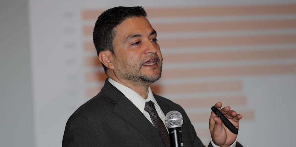 El oficial de Derechos Humanos de la APJ y miembro de la plataforma Alianza por la Paz y la Justicia Russlan Espinal participa en la presentación del