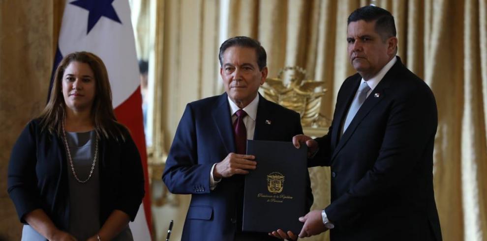 Laurentino Cortizo (c), presidente de la República, y Juan Pino (d), actual jefe de Seguridad.