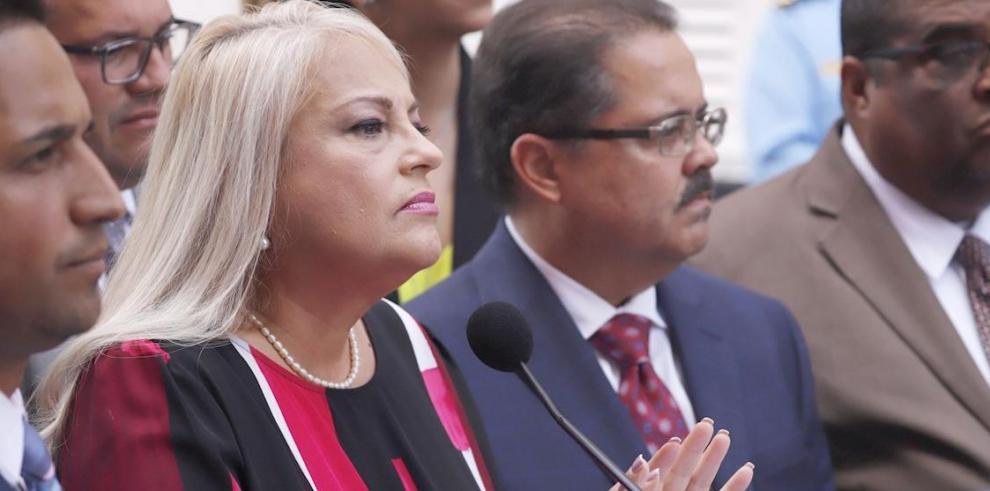 En la imagen, la gobernadora de Puerto Rico, Wanda Vázquez (i).