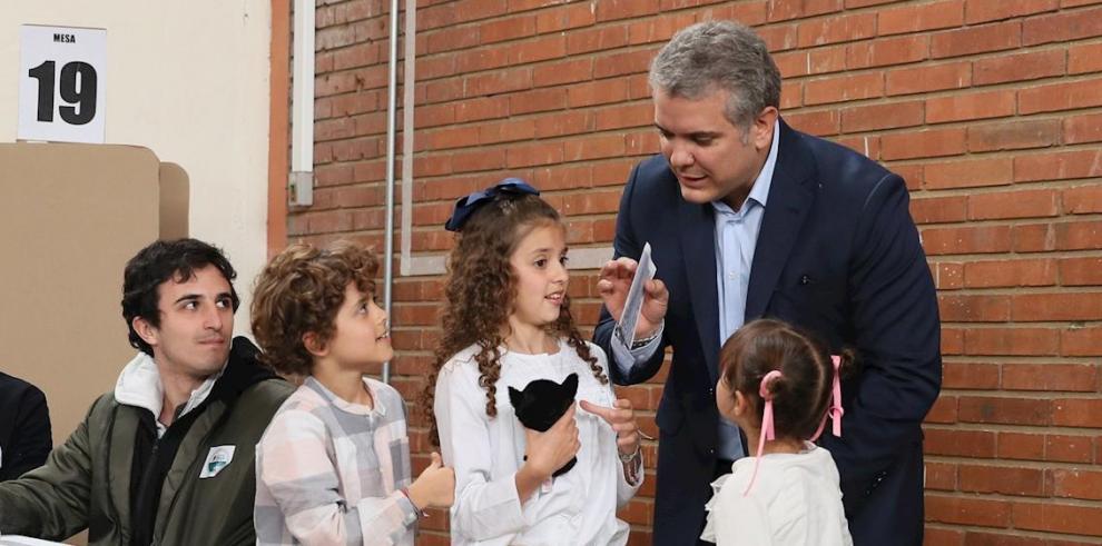 En la imagen, el presidente colombiano, Iván Duque, junto a sus hijos.
