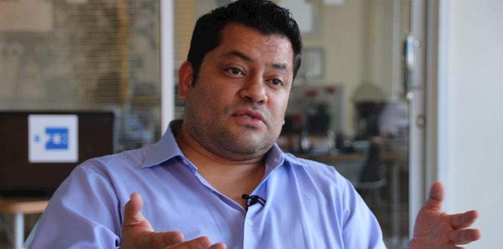 Fausto Jarrín, abogado del expresidente ecuatoriano Rafael Correa, habla este jueves durante una entrevista con Efe en Quito (Ecuador).