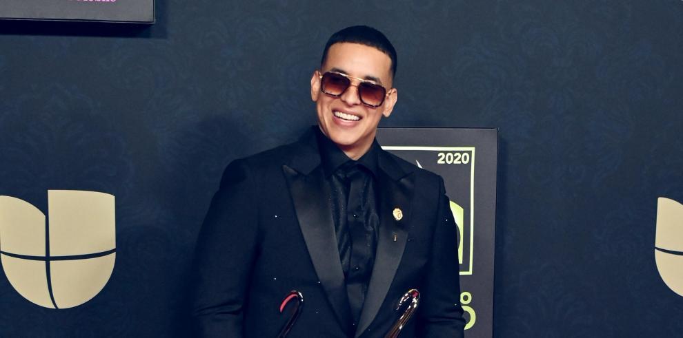 Daddy Yankee mientras posa con sus premios Lo Nuestro, en el American Airlines Arena de la ciudad de Miami